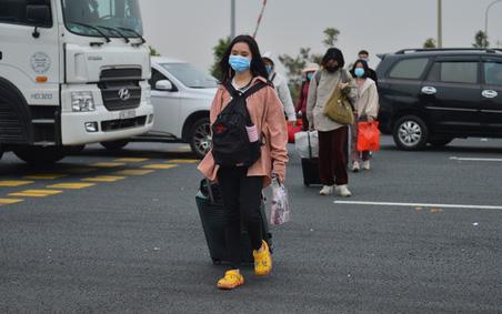 Ảnh: Hàng trăm lao động, sinh viên xếp hàng khai báo y tế ở trạm thu